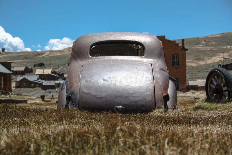 Chevrolet 1937 velho na cidade abandonada da mina de Bodie, Califórnia imagem de stock
