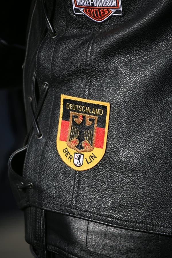 Chevron Deutschland Berlino su un primo piano di cuoio della maglia del motociclista fotografia stock libera da diritti