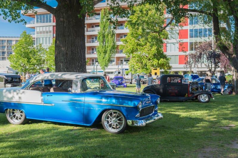 Chevy Bel Air 1955 och klassiska bilar som utanför parkeras för bilshow arkivbilder