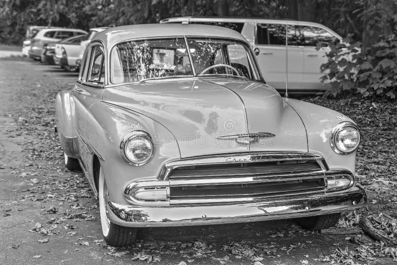 Chevy Deluxe Black neunzehnhundertfünfzig und Weiß stockfotografie