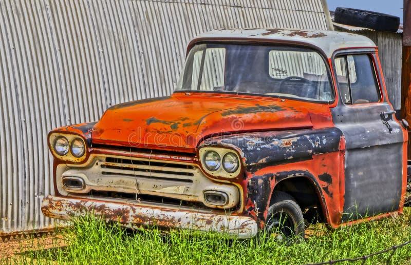 Chevy Pickup Truck idoso em um cemitério de automóveis fotos de stock royalty free