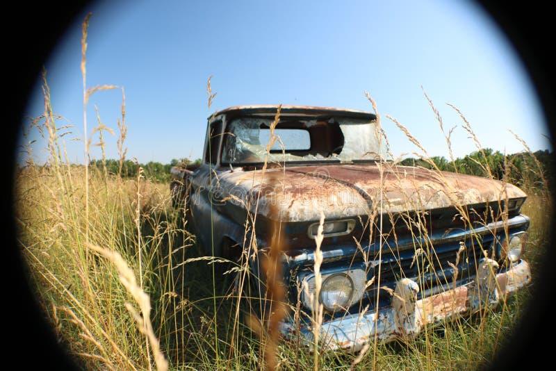 Chevy velho C10 em uma paisagem do campo fotos de stock royalty free