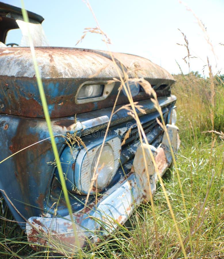 Chevy velho C10 Frontend em um campo imagens de stock
