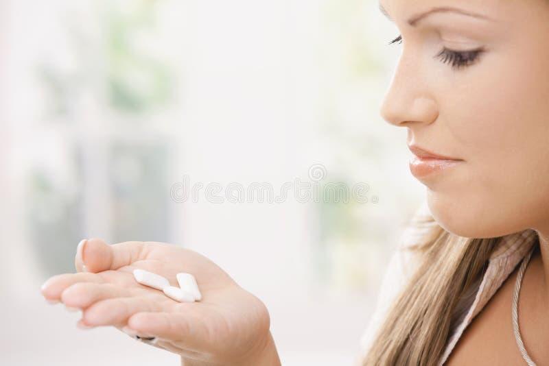 Chewing-gum de fixation de fille images stock