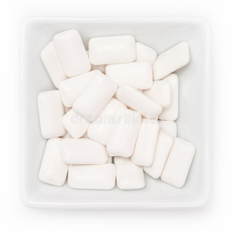 Chewing-gum de xylitol pour des soins dentaires dans une cuvette image libre de droits