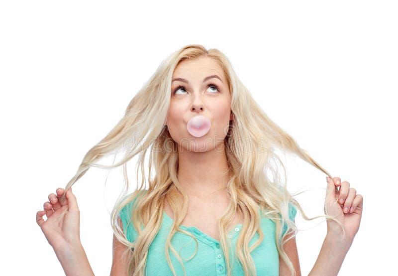 Chewing-gum heureux de jeune femme ou d'adolescente image libre de droits