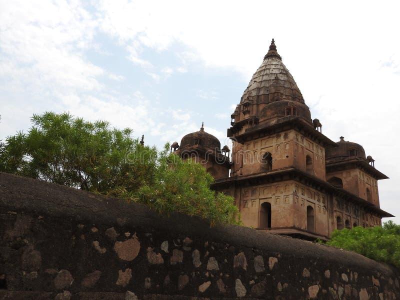 Chhatri, día claro, Orchha, Madhya Pradesh, la India imagenes de archivo