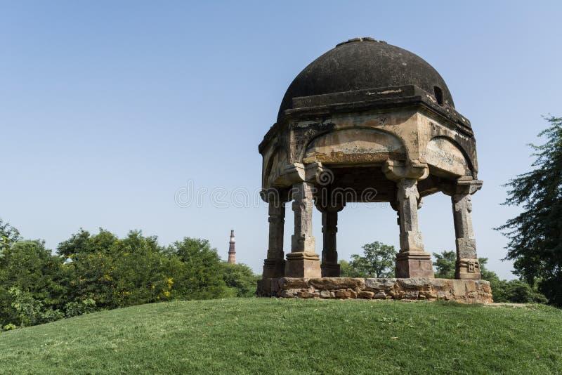 Chhatri en Qutab minar zoals die van het archeologische park van Mehrauli wordt gezien royalty-vrije stock foto
