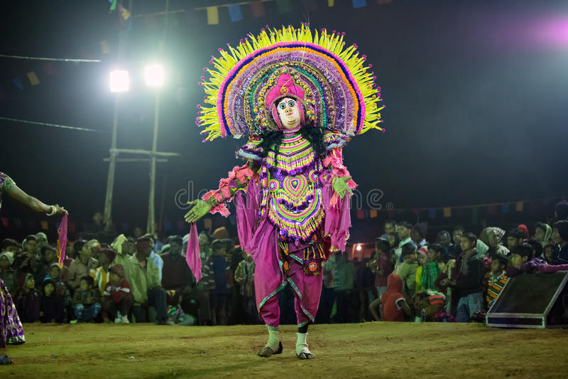 Chhau-Tanz, indischer Stammes- Kriegstanz nachts im Dorf lizenzfreie stockbilder
