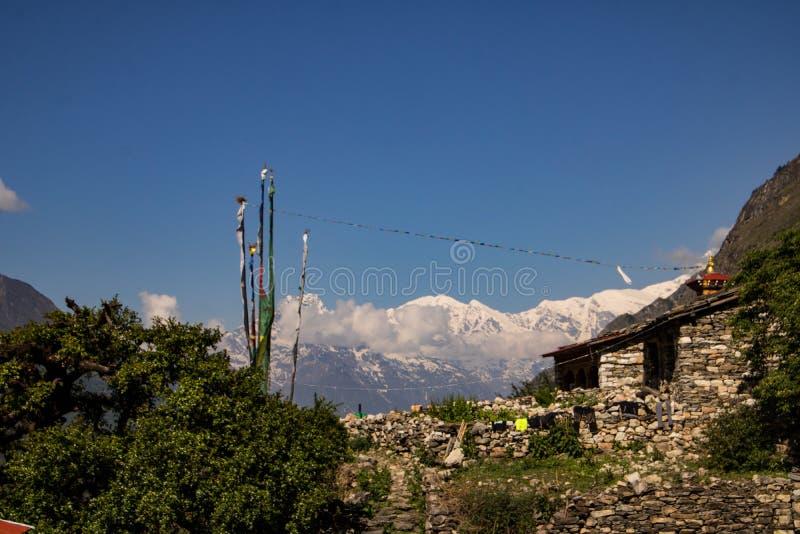Chhekampar by av den Tsum dalen och bergen royaltyfria foton