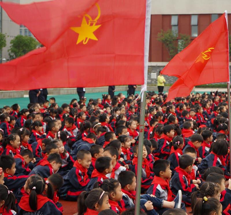 Chińscy szkoła podstawowa ucznie Uczestniczą w potomstwo Pionierskiej ceremonii zdjęcia royalty free