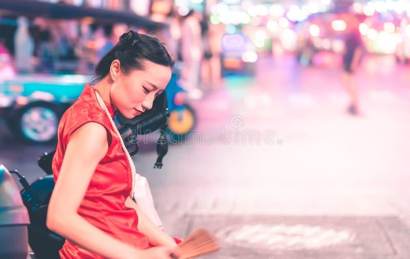 Chińska dziewczyna podróżuje w Porcelanowym grodzkim ulicznym Tajlandia Bangkok z tuku tuku furą na tle zdjęcia stock