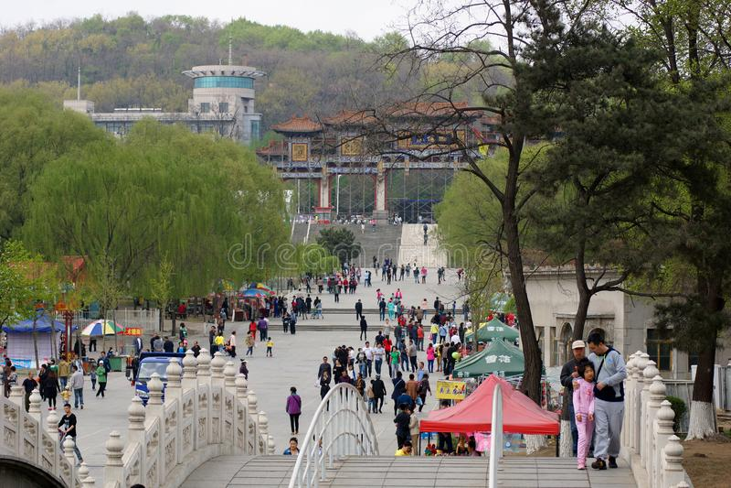 Chiński spacer i zabawę w wiośnie w parku 219 Anshan, Liaoning prowincja, Chiny 20th 2014 Kwiecień fotografia royalty free