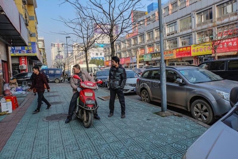 Chińczycy życia w Yiwu mieście obok drogi, Yiwu miasta porcelana fotografia stock