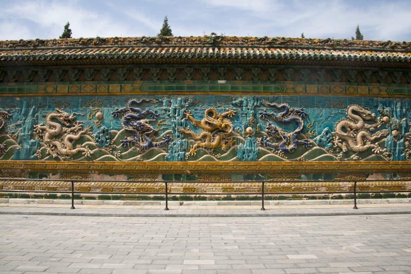 Chińczyk Azja, Pekin, Beihai park, antyczni budynki, dziewięć smoków ściana fotografia stock