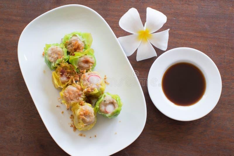 Chińczyk dekatyzował kluchę na białym naczyniu przygotowywającym jeść zdjęcia stock