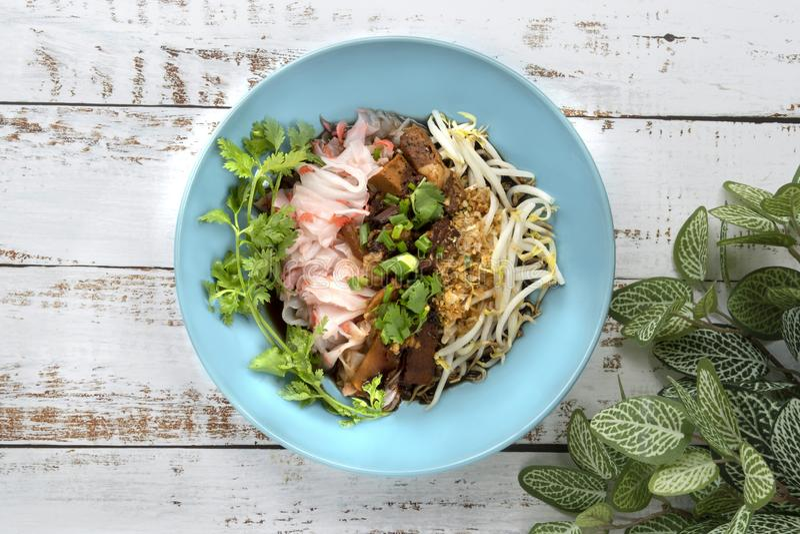 Chińczyk dekatyzował ryżowego kluski z stewed wieprzowiną, tofu, wysuszony shrim obrazy stock