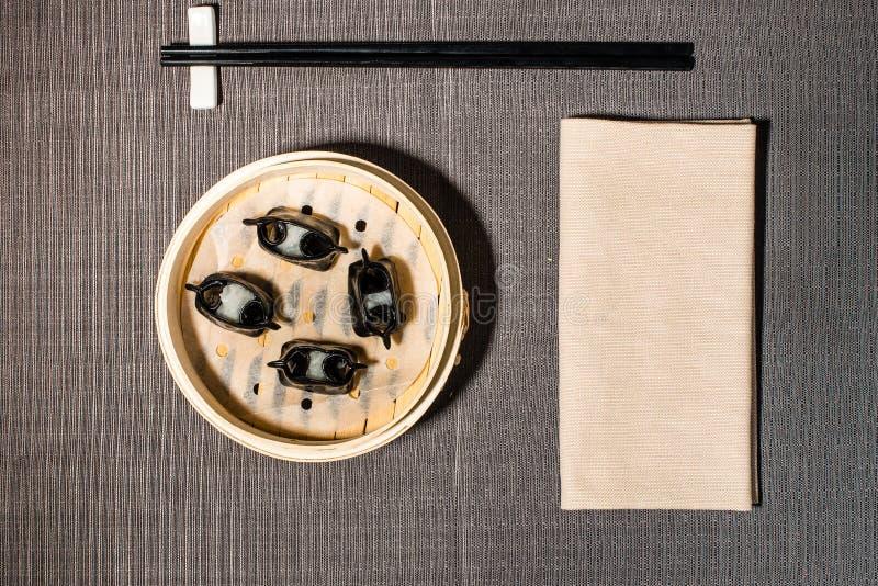 Chińczyk dekatyzujący pierożek wypełniający z cuttlefish obraz royalty free