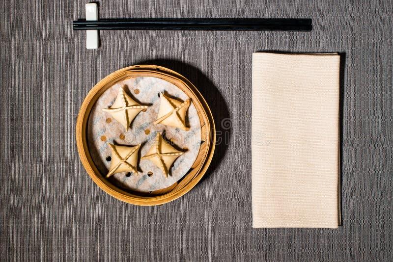 Chińczyk dekatyzujący pierożek wypełniający z wołowiną fotografia stock