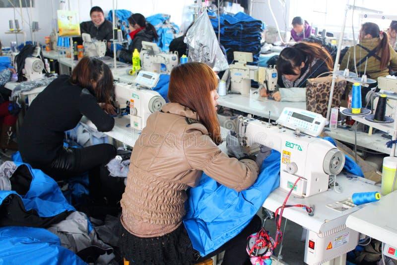Chińczyk odzieżowa fabryka z szwaczkami zdjęcia stock