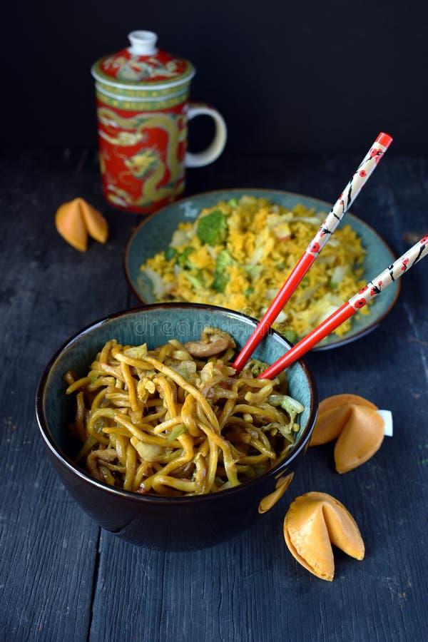 Chińczyka Lo mein kluski w pucharze z pomyślność ciastkami zdjęcie stock