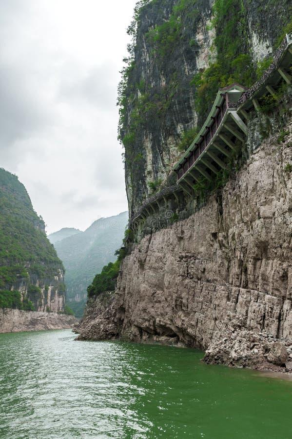 Download Chińczyka Most Wzdłuż Falezy Obraz Stock - Obraz złożonej z journeyer, góra: 28950473