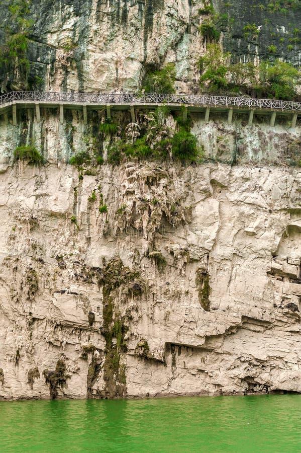 Download Chińczyka Most Wzdłuż Falezy Obraz Stock - Obraz złożonej z ulistnienie, rzeka: 28950479