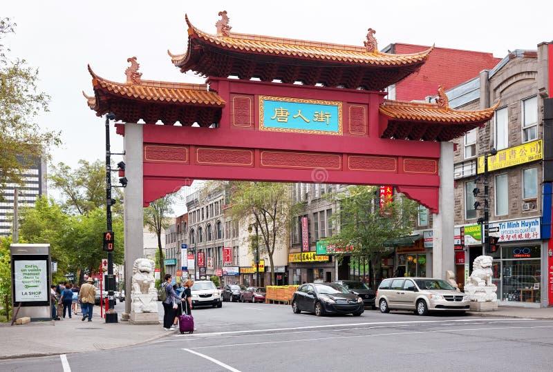 Chińscy łękowaci brama, ludzie i ruch drogowy przy wejściem Porcelanowy miasteczko na Laurent ulicie w Montreal, Quebec, Kanada zdjęcie stock
