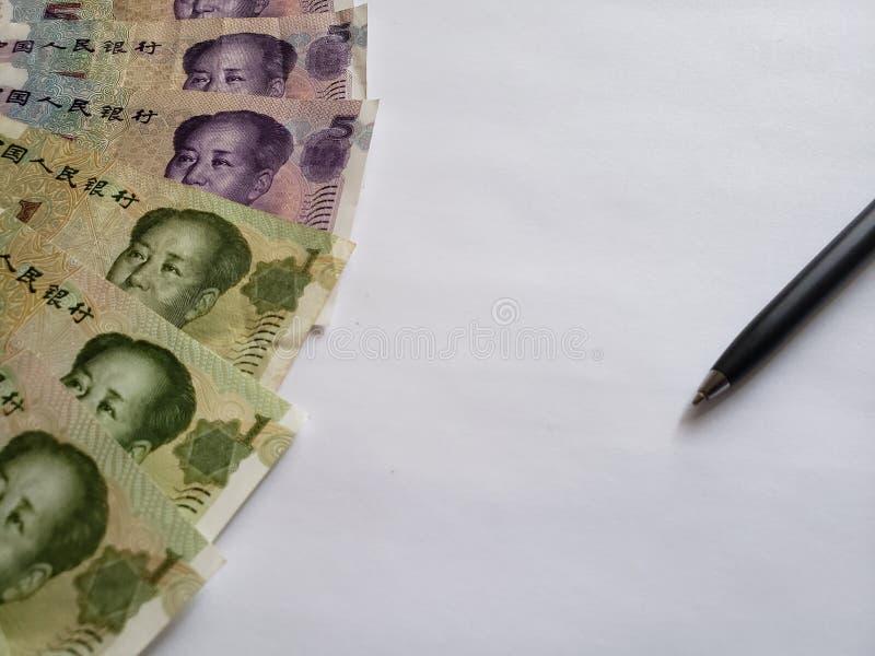 chińscy banknoty, czarny pióro i biały tło, zdjęcie stock