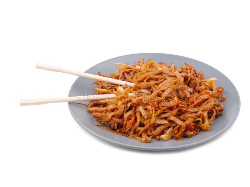 Chińscy kluski w talerzu na białym odosobnionym tle zdjęcie stock