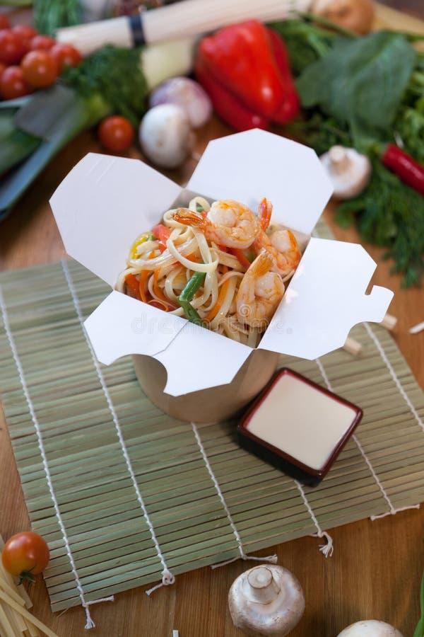 Chińscy kluski w wok pudełku obrazy royalty free