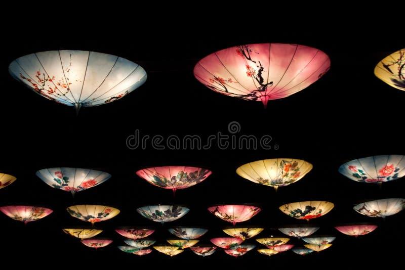 Chińscy lampiony instalacyjni z wiszącymi parasolami fotografia royalty free