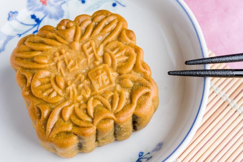 Chińscy mooncakes z teksta znaczenia dobrobytem i szczęściem zdjęcie royalty free