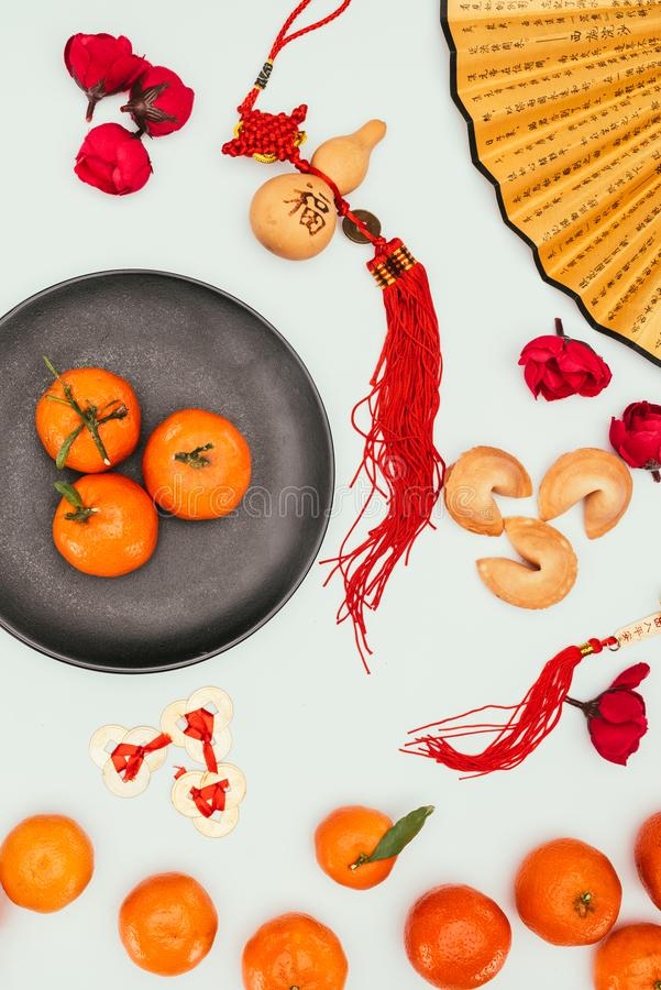 Chińscy pomyślność ciastka z tangerines i tradycyjnymi talizmanami odizolowywającymi na białym, Chińskim nowego roku pojęciu, zdjęcia stock