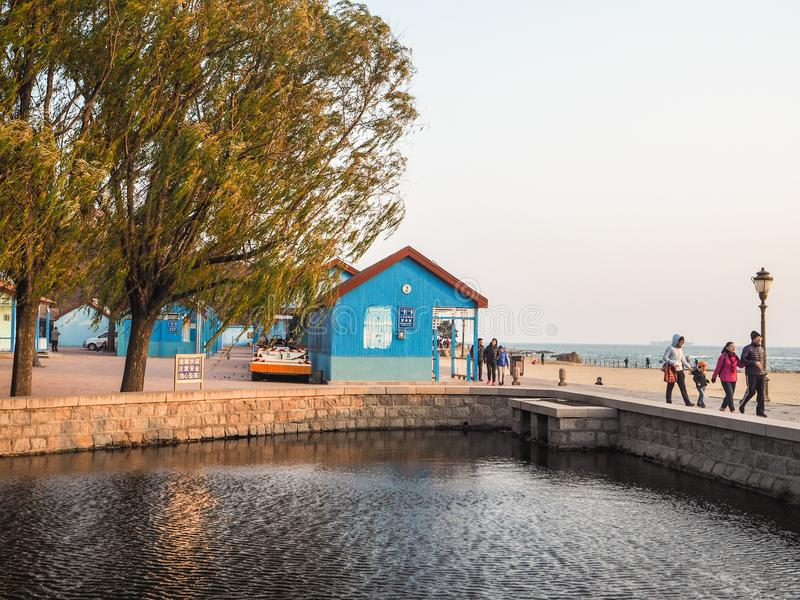 Chińscy turyści przy numer dwa kąpania plażą w Badaguan zdjęcie royalty free