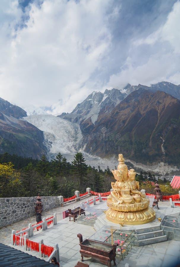 Chińscy turyści spacerują wokoło krajobrazu lodowiec przy Hailuogou lodowa lasu Krajowym parkiem zdjęcia stock