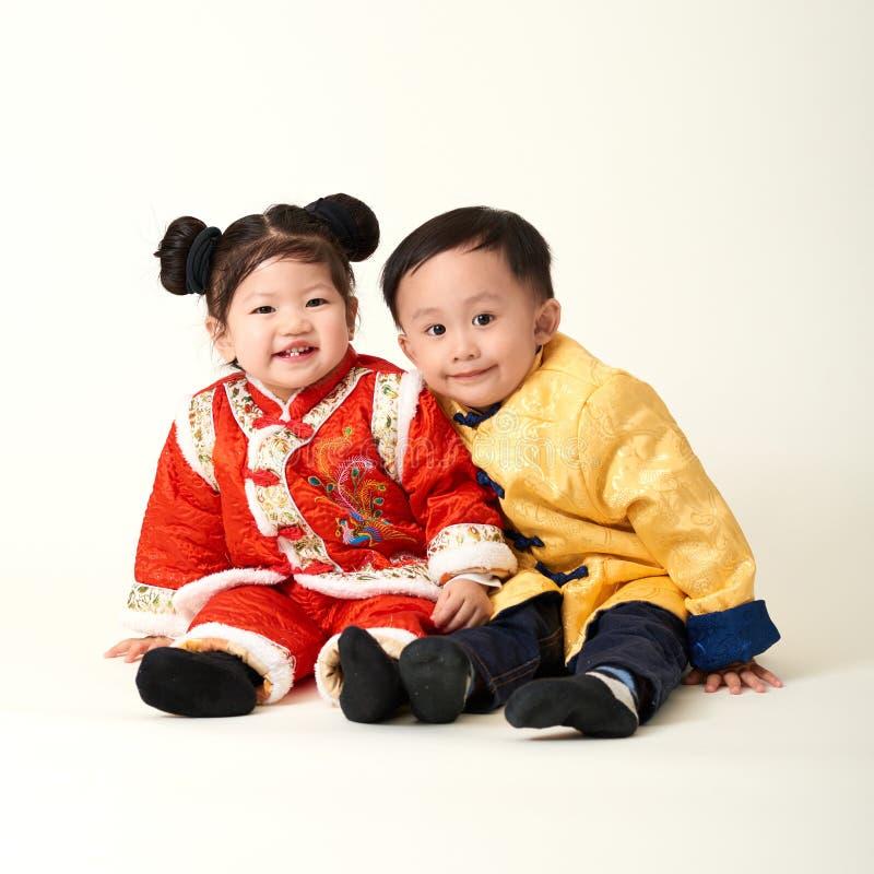 Chińska chłopiec i dziewczyna w tradycyjni chińskie nowego roku stroju zdjęcie stock