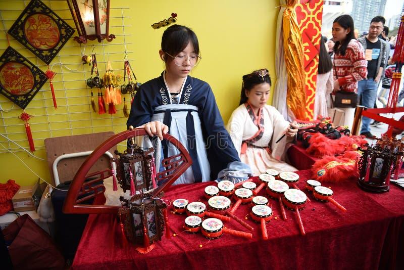 Chińska dziewczyna ubierał w cosplay kostiumowych sprzedawań rzemiosłach przy Chińskim nowego roku rynkiem zdjęcia stock