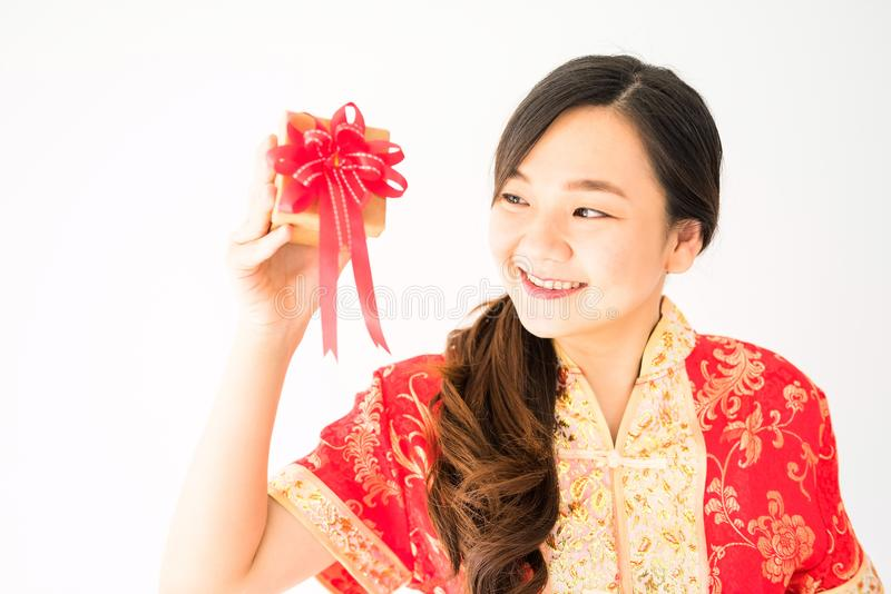 Chińska dziewczyna z czerwonym kostiumowym chwyta prezentem fotografia royalty free
