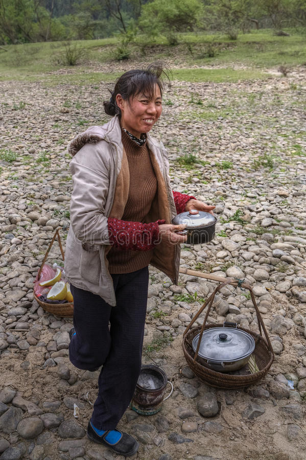 Chińska kobieta sprzedaje gorącego jedzenie w wsi, Guangxi, Chiny zdjęcie stock