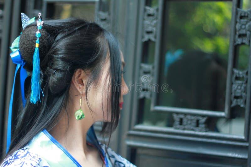 Chińska kobieta w tradycyjnej Błękitnej i białej porcelana stylu Hanfu sukni fotografia royalty free