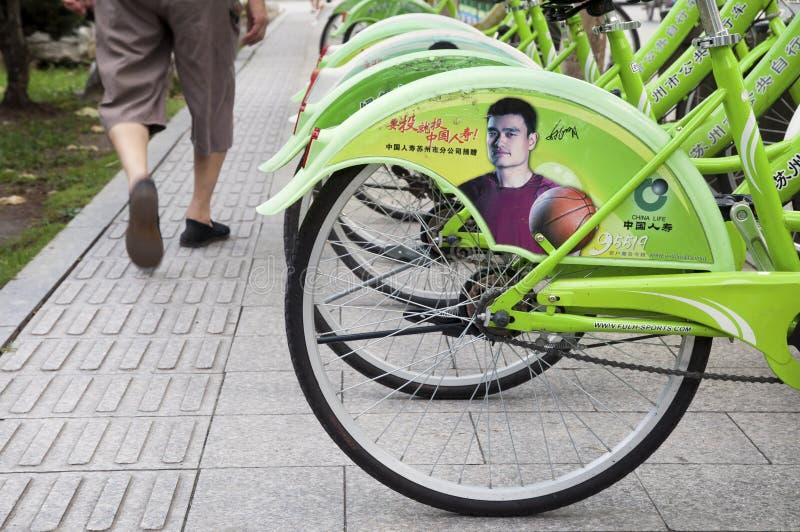Chińska koszykówki gwiazda Yao Ming w kampanii reklamowej dla ubezpieczenia zdrowotnego na społeczeństwie jechać na rowerze w Suz zdjęcie stock