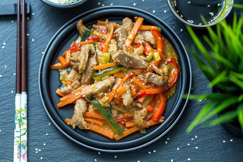 Chińska kuchnia - wieprzowina z warzywami Zgłębia Smaży w cukierki kumberlandzie zdjęcia royalty free