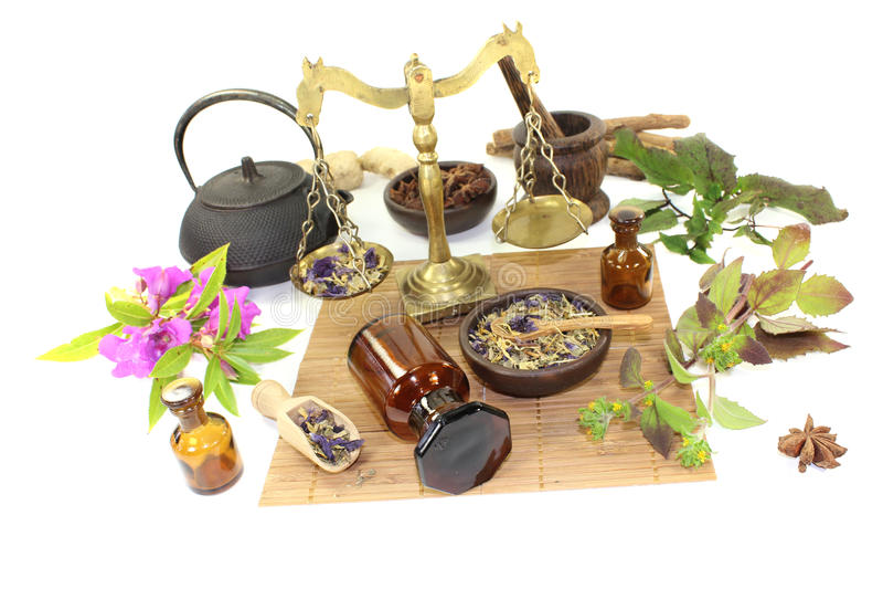 Chińska medycyna z roślinami i moździerzem obrazy stock
