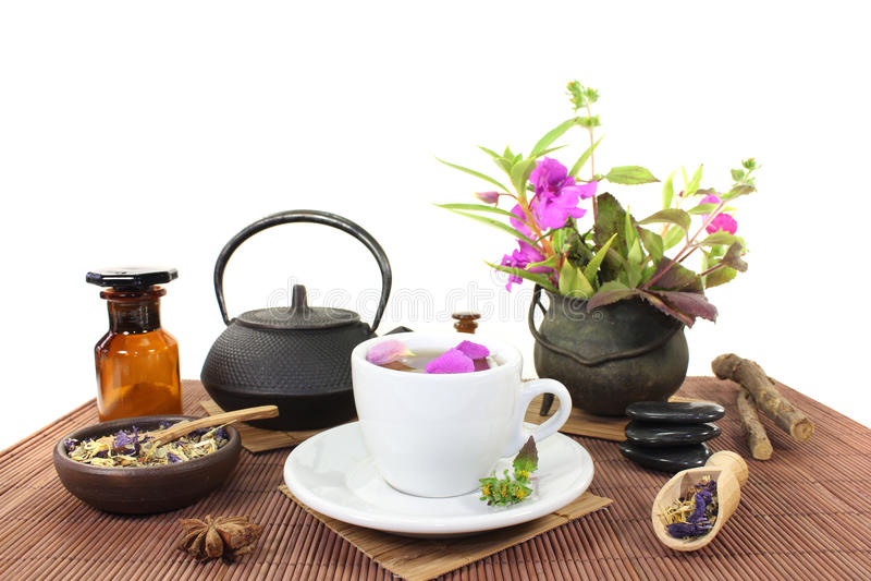 Chińska naturalna medycyna z filiżanką herbata i okwitnięcia fotografia stock