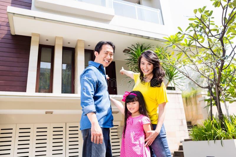 Chińska rodzina przed domem zdjęcie stock