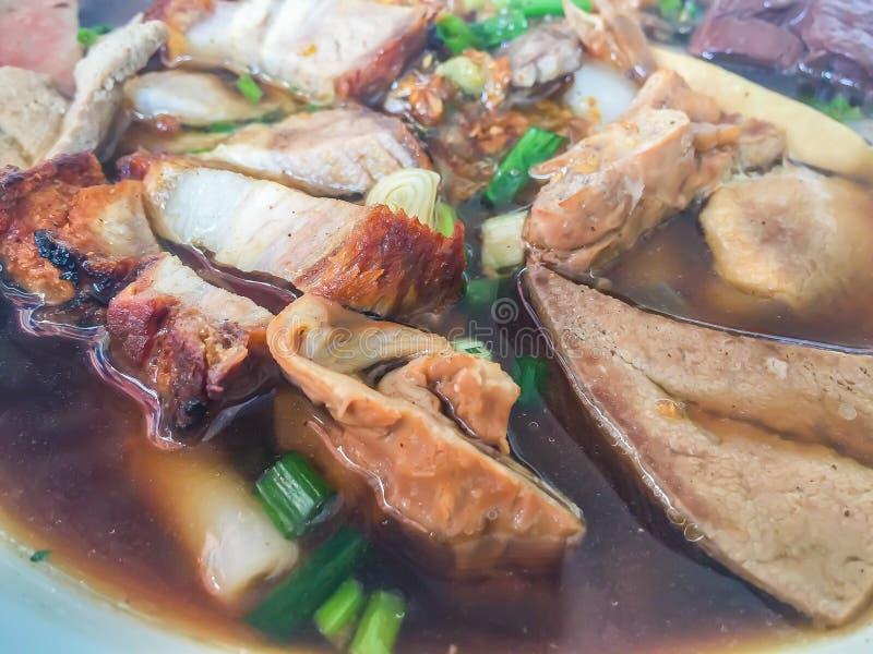 Chińska rolka kluski polewka lub Kuay jub, jeden Tajlandzki uliczny jedzenie który zawierał kluski rolka, wieprzowin wątróbki, wi fotografia stock