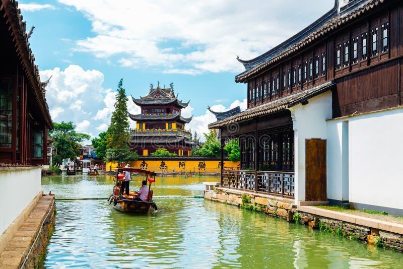 Chińska tradycyjna architektura z łodziami na kanale Szanghaj Zhujiajiao wody miasteczko zdjęcie stock
