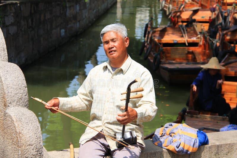 Chińska Tradycyjna muzyka wykonuje niewidomym starym facetem Podróż wewnątrz zdjęcia royalty free