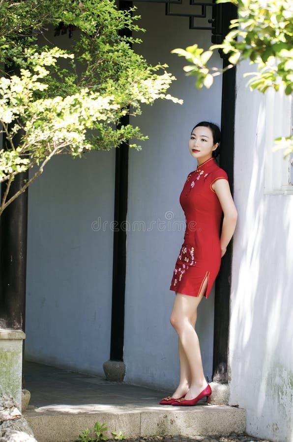 Chiński cheongsam model w Chińskim klasycznym ogródzie obrazy royalty free